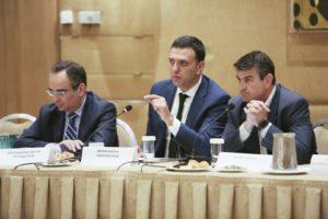 Κλειστή συνάντηση εργασίας (στην φώτο από αριστερά): Βασίλης Κοντοζαμάνης, Υφυπουργός Υγείας, Βασίλης Κικίλιας, Υπουργός Υγείας, Αιμίλιος Νεγκής, Δημοσιογράφος